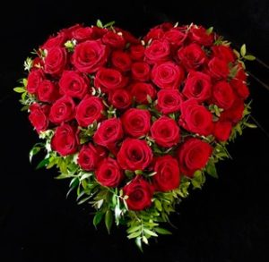 Friedhof Diedorf Trauerherz mit roten Rosen